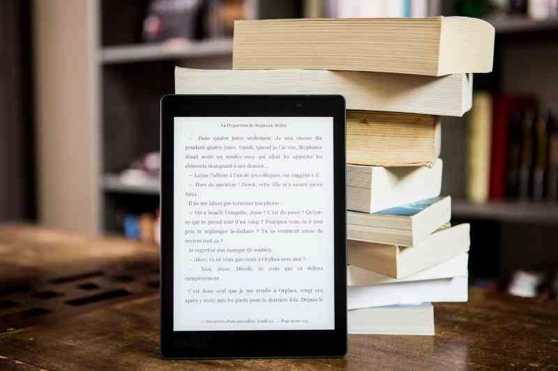 liseuse et sa bibliothèque